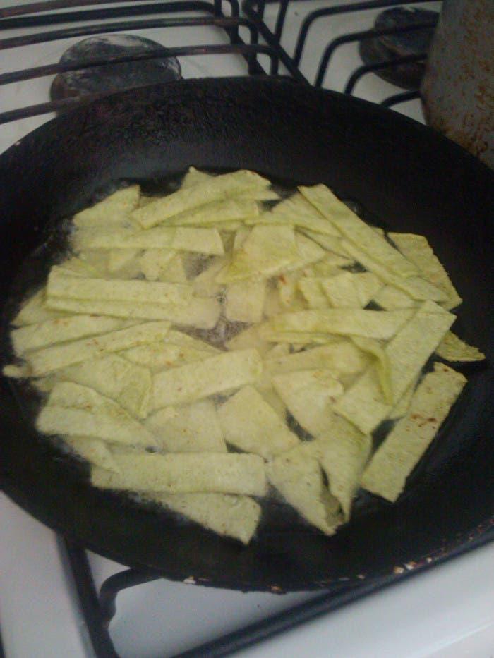 Corta las tortillas en tiras de 3 a 4 cm de largo x 1 de ancho y fríe.