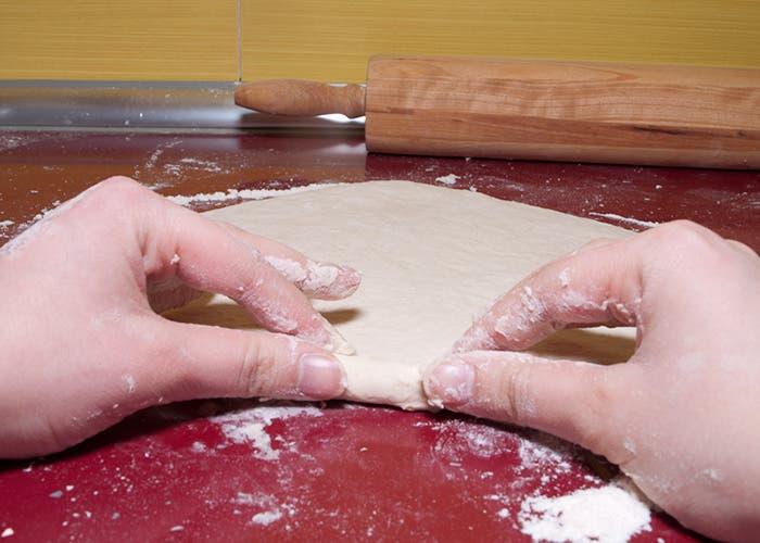 Perfilando bordes de la base de la pizza