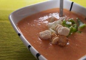 Cuenco de gazpacho adornado con picatostes