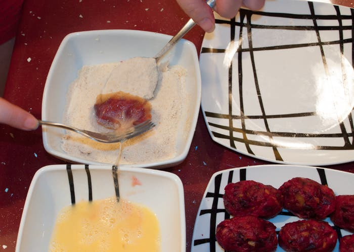 Paso 6 croquetas de remolacha: pasar por pan rallado