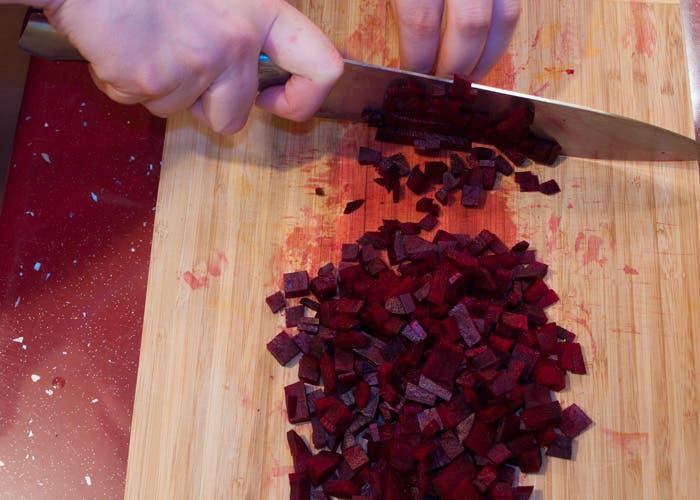 Paso 2 croquetas de remolacha: picar remolacha