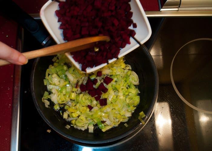 Paso 3 croquetas de remolacha: Rehogar ingredientes