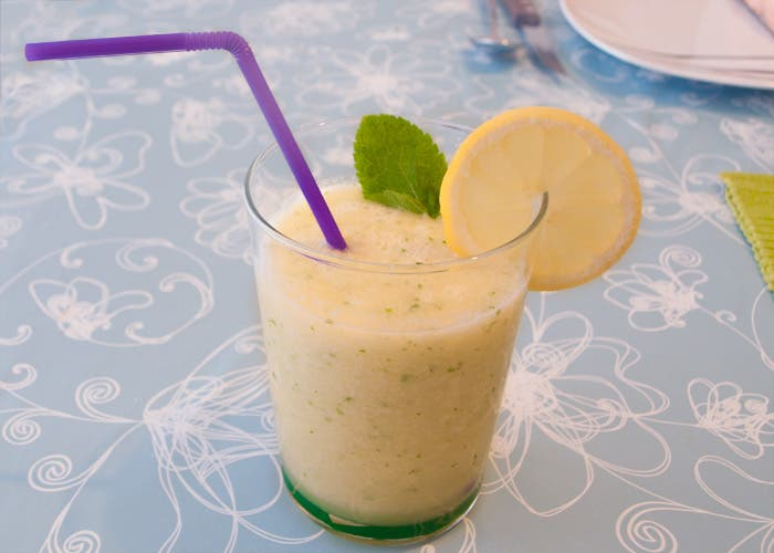 Presentación en vaso del zumo de melón