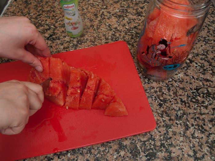 Paso 1 de la elaboración del zumo de sandía