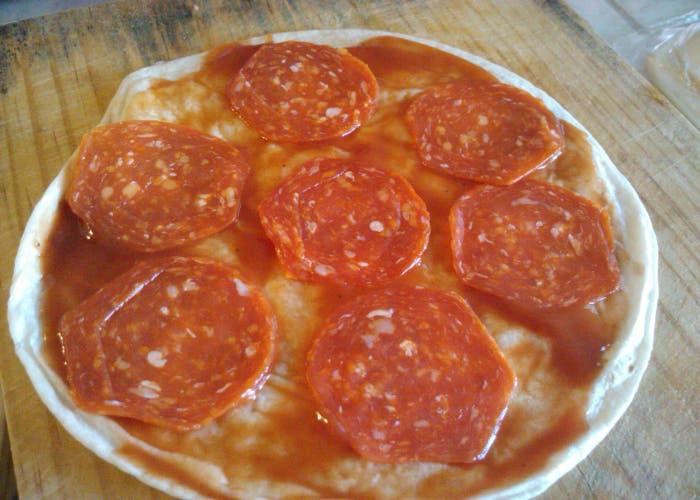 Agrega pepperoni.
