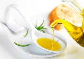 Aceitera sirviendo aceite sobre cuchara de desgustación