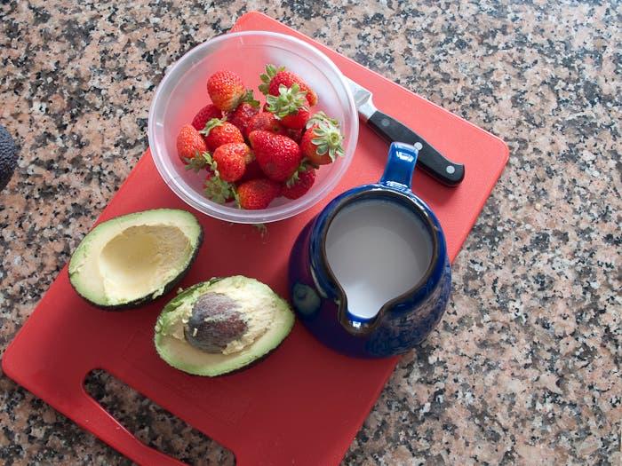 Ingredientes para el batido de aguacate y fresa