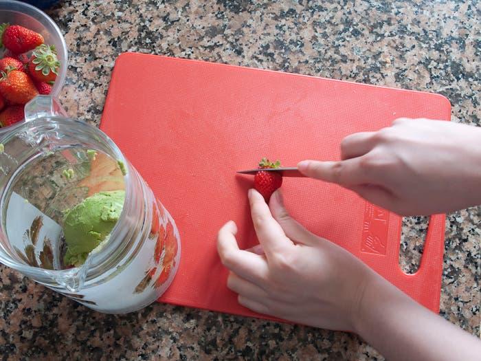 Paso 3 de la elaboración de batido de aguacate y fresa