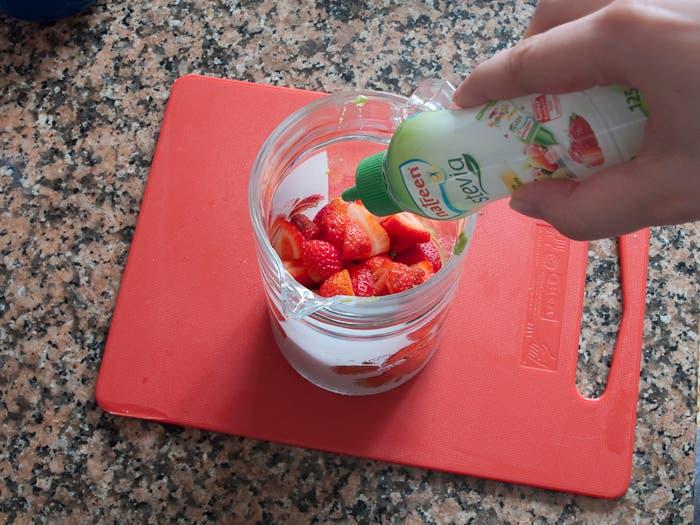 Paso 4 de la elaboración del batido de aguacate y fresa