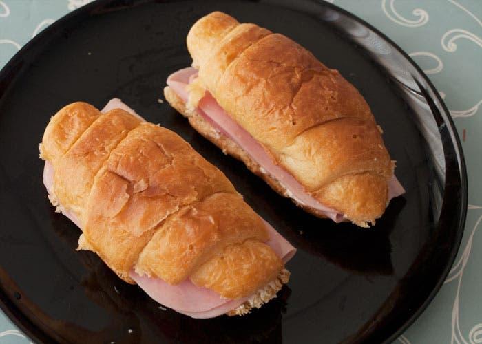 Croissant relleno de jamón termindados