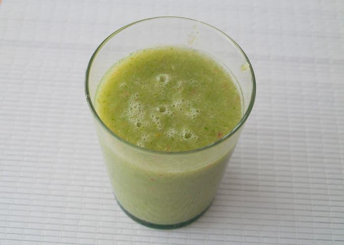 Zumo verde servido en vaso