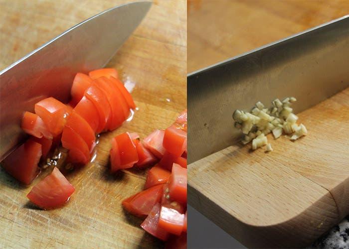Paso 4 de la paella mixta, tomate y ajo