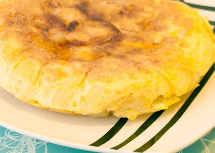 Tortilla española terminada servida a la mesa