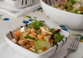 Presentación del plato de ensalada de garbánzos
