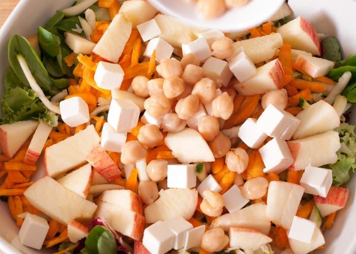 Paso 9 de la elaboración de la ensalada de garbánzos
