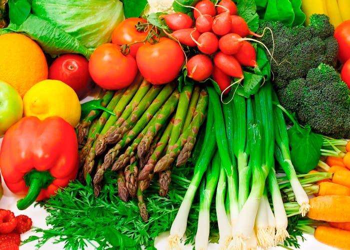 Montaña de verduras varias