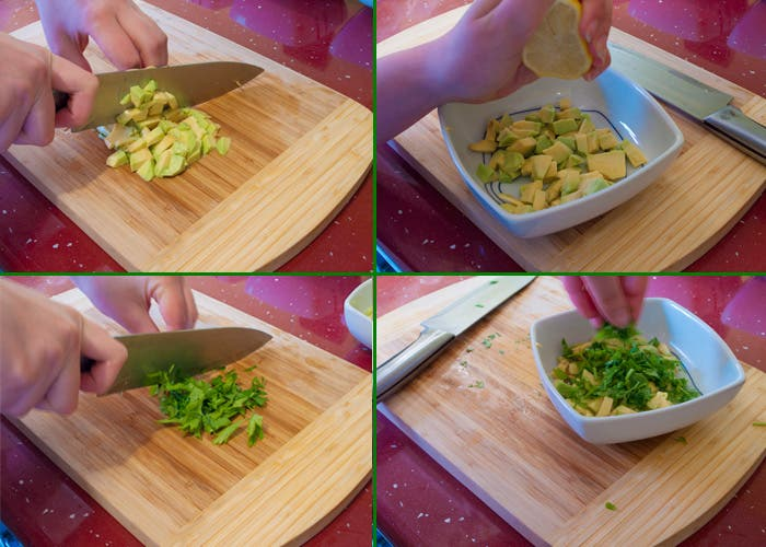 Picando aguacate y reservando con limón y perejil picado