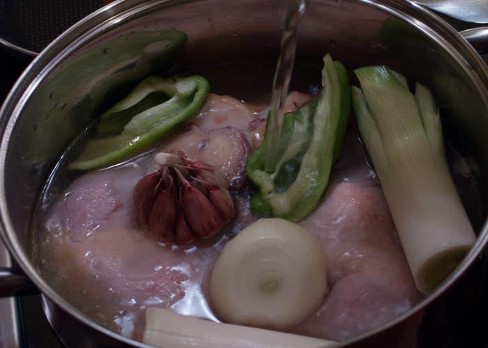 Añadir agua para hacer caldo de pollo