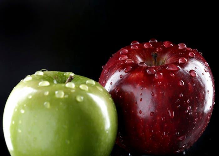 Manzana verde y roja con gotas de agua