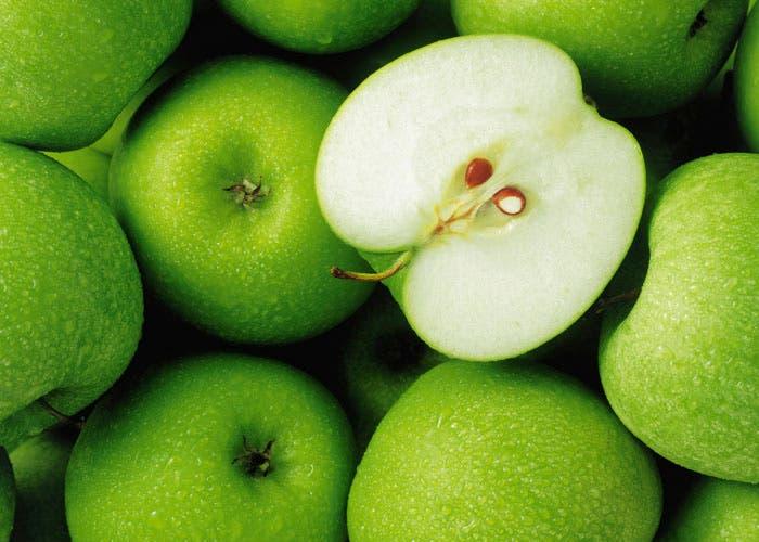 Manzanas verdes con una partida por la mitad