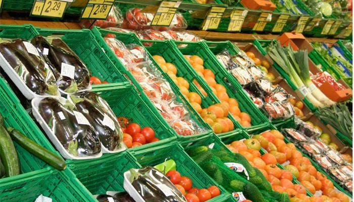 Espocitor de verduras en el mercado
