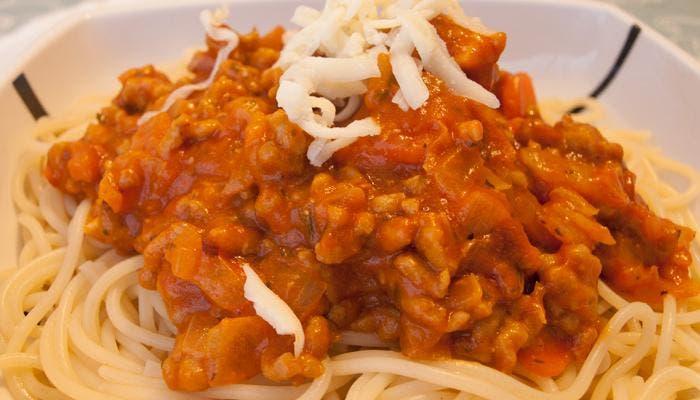 Salsa boloñesa sobre plato de spaghetti