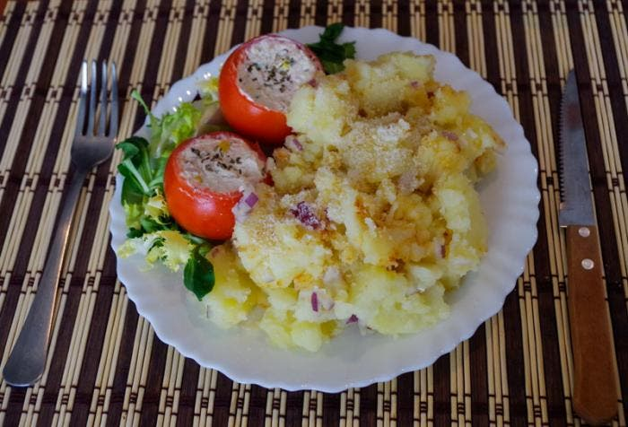 Ensalada de patatas con tomates a la mesa