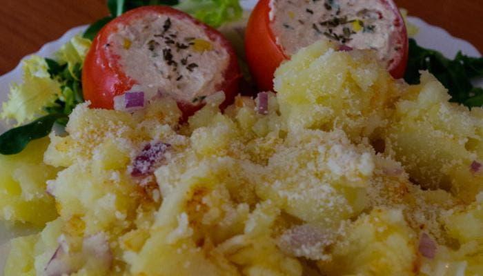 Plato de ensalada de patatas con tomates