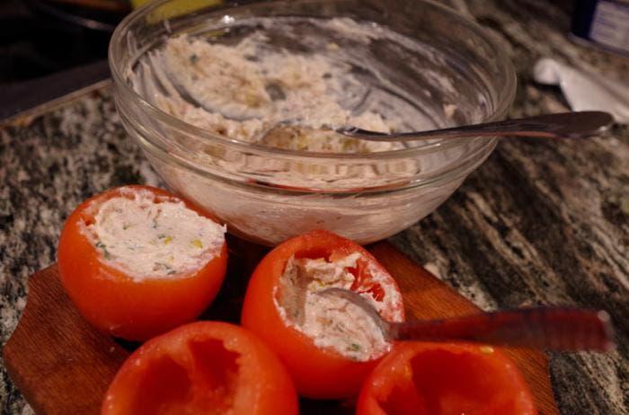 Rellenando el tomate