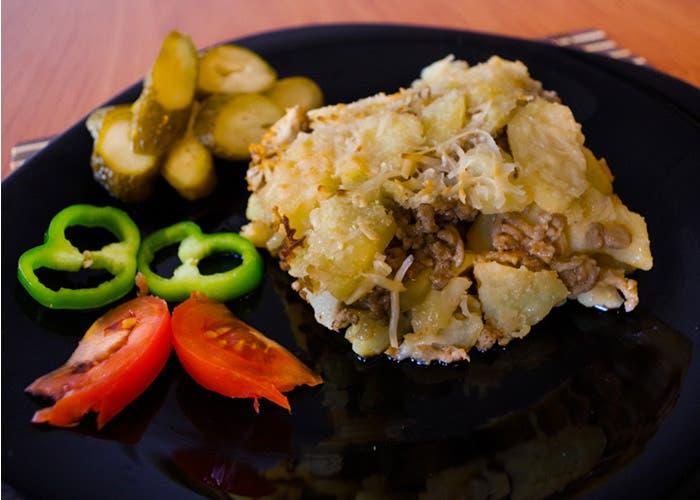Plato de musaca de carne y patatas
