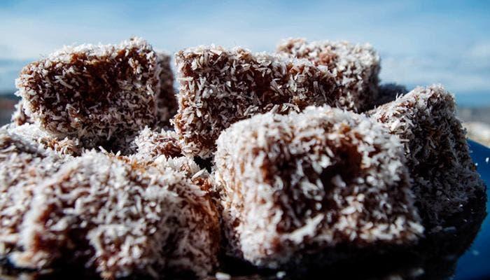 Bizcocho en chocolate con coco