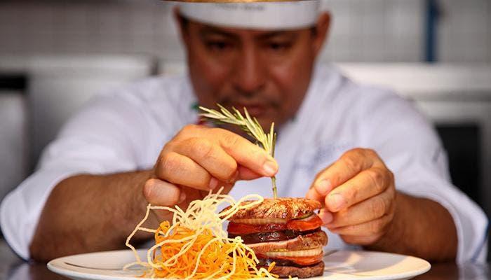Cocinero cuida últimos detalles