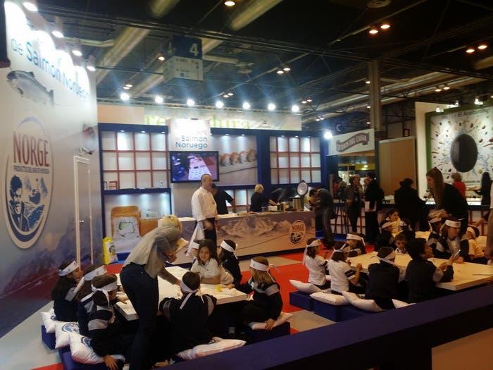 Stand de Salmón de Noruega con Hung Fai mostrando el sushi a los niños