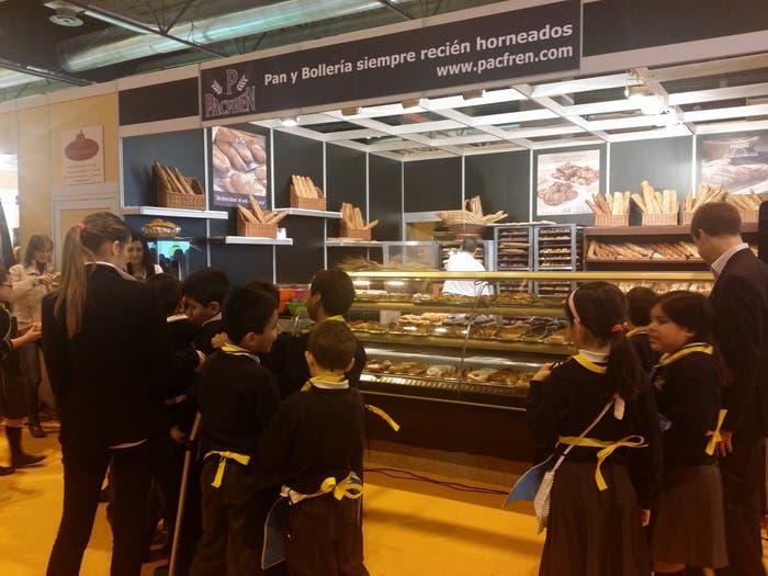 Niños disfrutando del stand de pan artesano