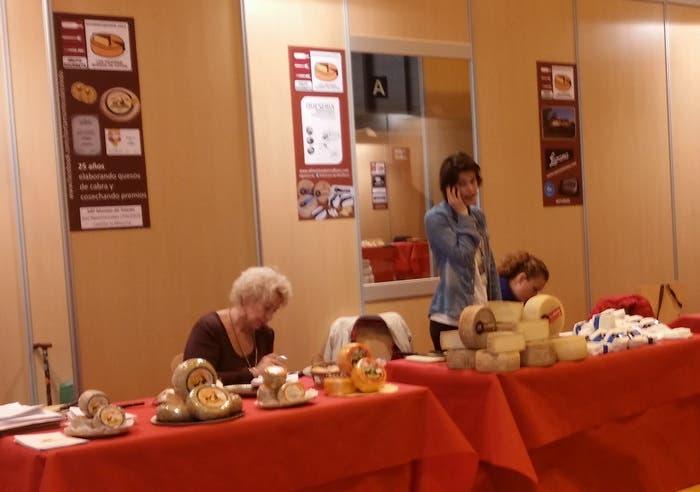 Varios expositores de quesos artesanos en el Salón del Gourmets