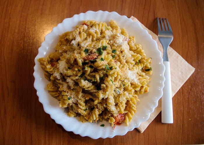 Plato de pasta con salsa al chef