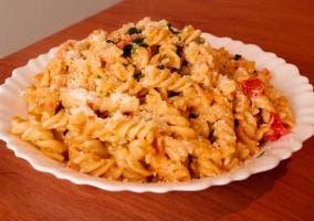 Plato de hélices de pasta con salsa al chef