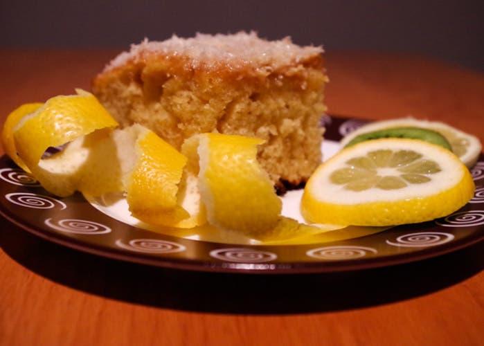 Blondie con cáscara de limón y kiwi