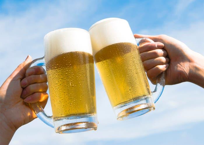 Brindando con dos jarras de cerveza