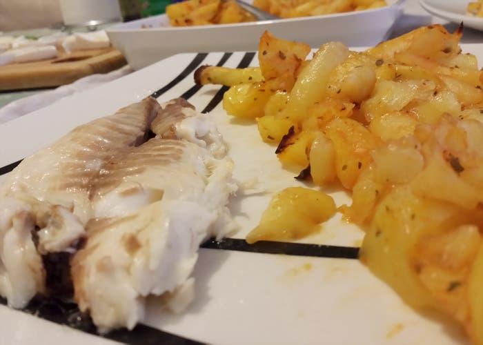 Dorada a la sal emplatado jundo con patatas al horno