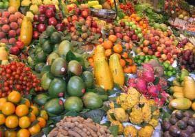 Montaña de frutas y verduras varias