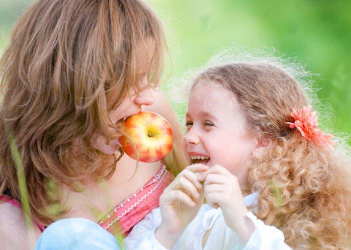 Madre e hija comiendo manzana