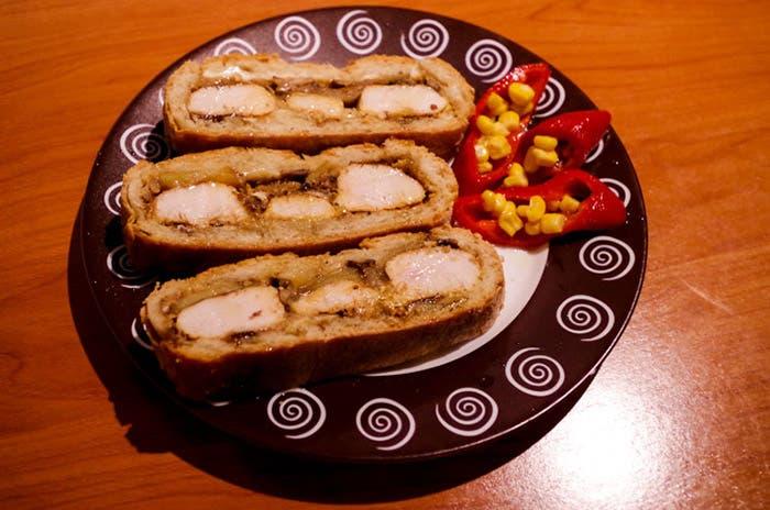 Rodajas de pan relleno con pimientos rojos