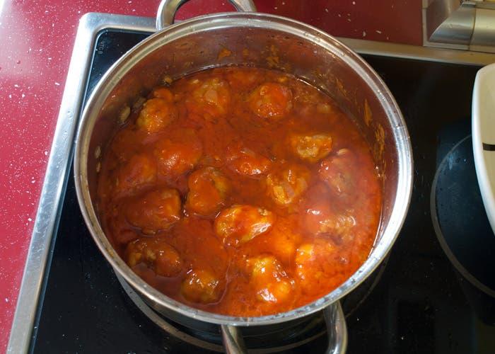 Cocer albóndigas en salsa de tomate frito