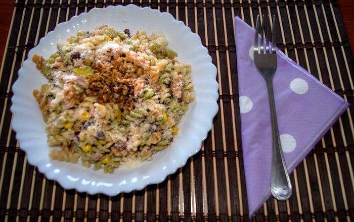 Ensalada de pasta con frutos secos, pasas y melón
