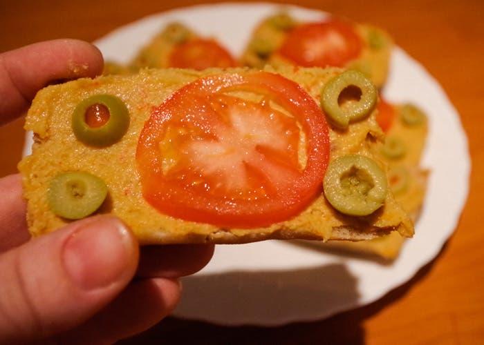 Pan con paté vegetal y tomate