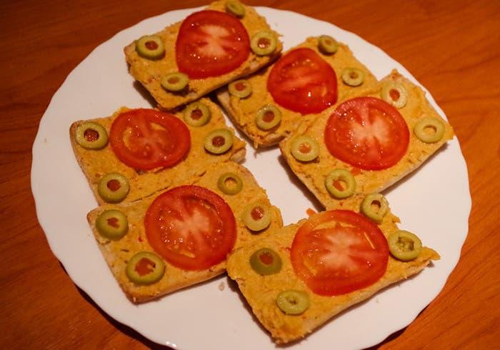 Tentempiés de paté vegetal con tomate