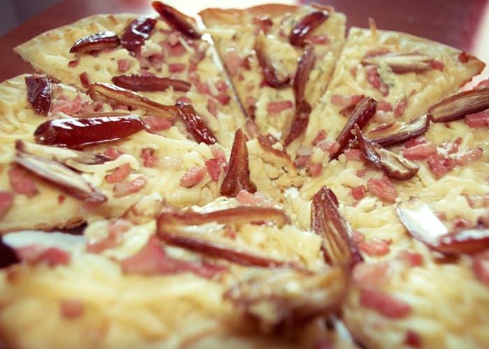 Pizza de bacon y dátiles