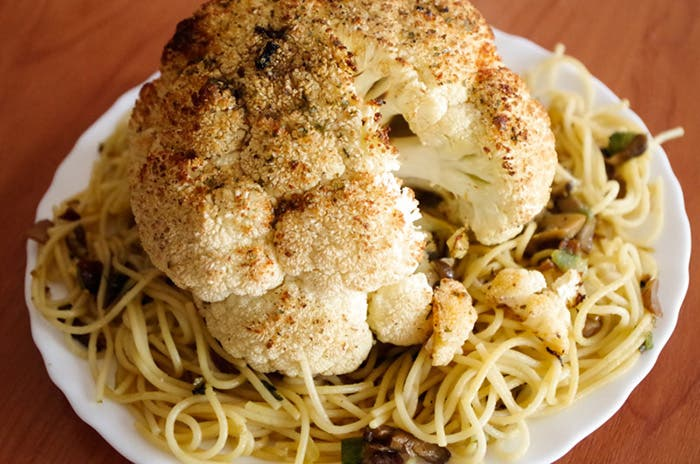 Coliflor al horno con espaguetis de setas