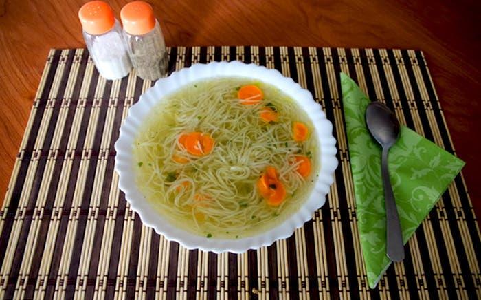Plato de sopa de fideos a la mesa